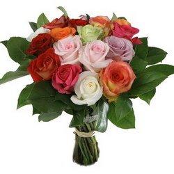 «Три счастливых дня» Букет из роз разных цветов, оформленных голландской зеленью. Освежите приятные воспоминания! Доставка в Мингрельскую.