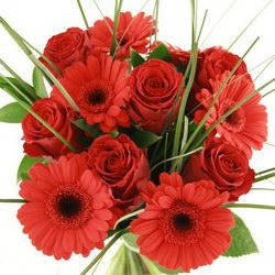 «Страсть» Красивые красные розы, красные бархатные герберы и зелень трав делают этот букет полным страсти и любви. Доставка в Мингрельскую.