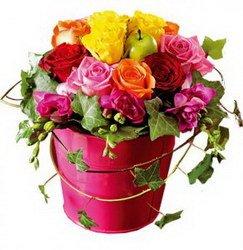 «Райский уголок» Вы любите? Райский уголок напомнит о счастливых моментах. Короткие розы в оазисе в горшочке, обвитые плющем. Доставка в Мингрельскую.